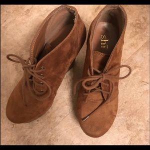 Super cute suede brown booties